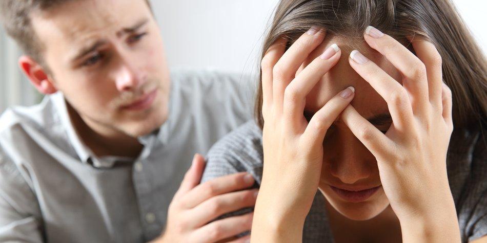 Trauriges Paar streitet