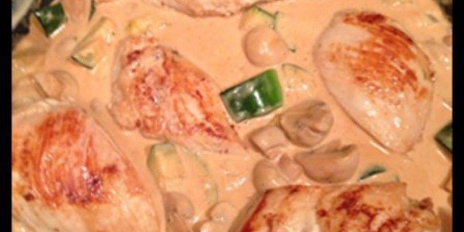 Hähnchenfilets, auf Champignons und Zucchinigemüse