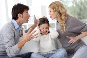 Auch die Kindererziehung führ zu Streit in der Beziehung.