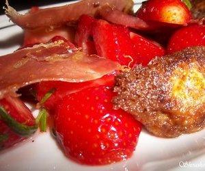 Pikante marinierte Erdbeeren mit Schinken und Mozarellabällchen