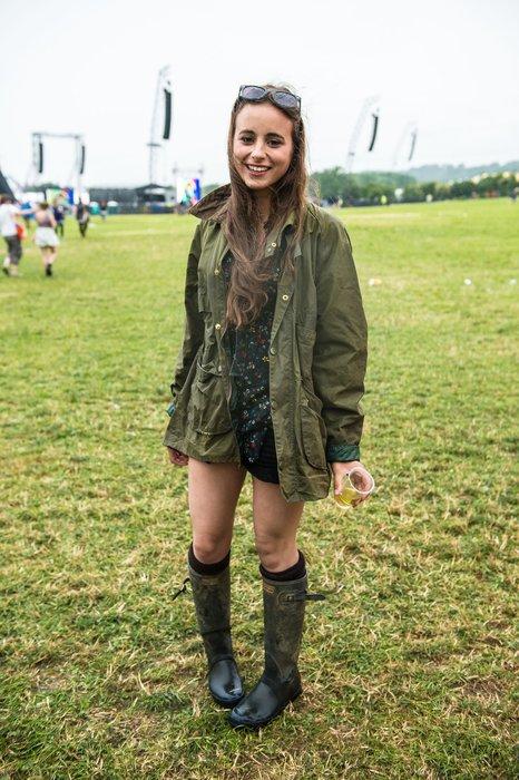 Eine Besucherin des Glastonburyfestivals in England