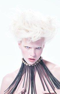Blonde kurze Haare wild toupiert