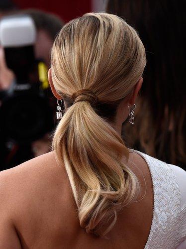Reese Witherspoon mit Ponytail von hinten