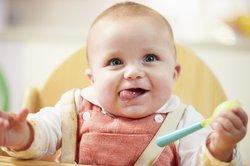 Baby, 6 Monate, isst Beikost.
