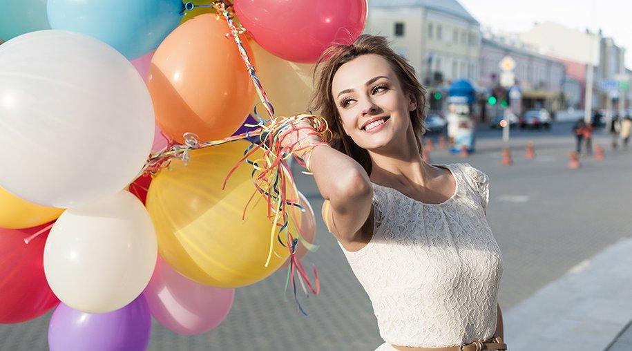 Frau mit Luftballons