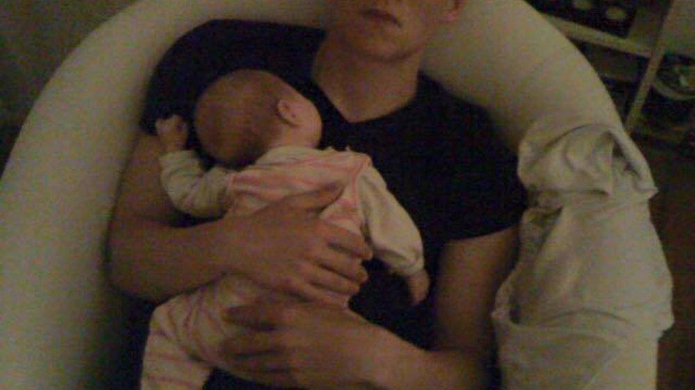 Matthias Schweighöfer zeigt sich mit Baby im Arm