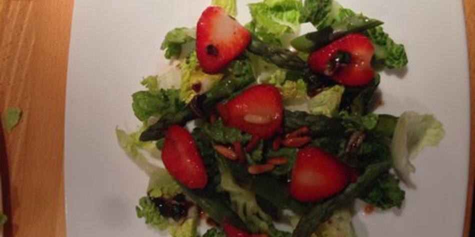 Herrlich frischer Spargelsalat mit fruchtigen Erdbeeren