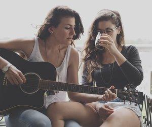 lesbische Frauen mit Gitarre