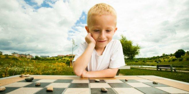 Hochbegabt: Junge am Schachbrett
