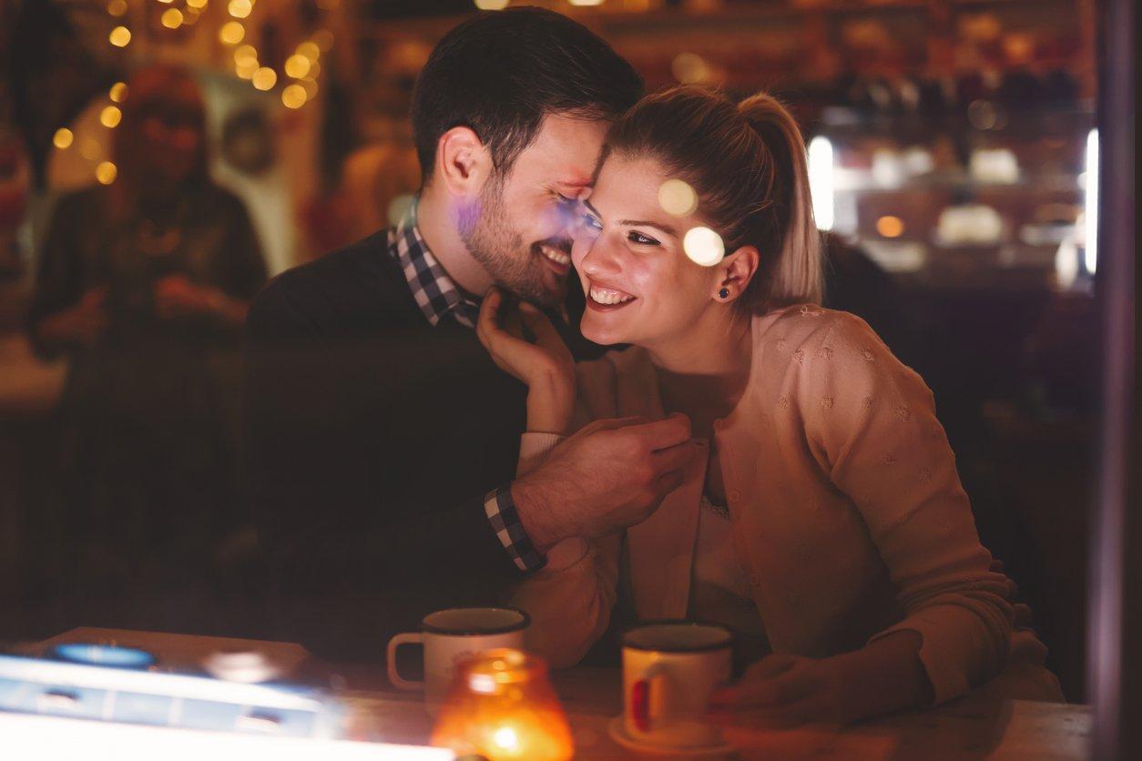 Paar flirten Bar