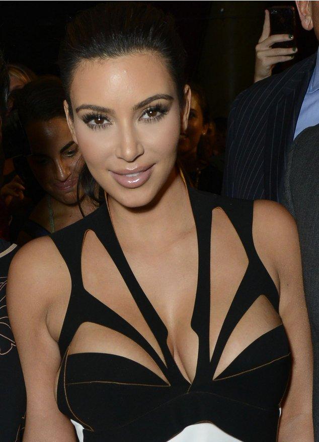 Kim Kardashian trägt ein futuristisches Kleid