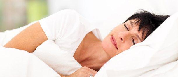 d150ffce41e2837667403ba2e1_AnJlIDk1MCA1MjgDNWFkMGMxODY0YmU=_mature-woman-sleeping-on-bed