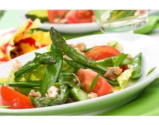 Grüner Spargelsalat servierfertig