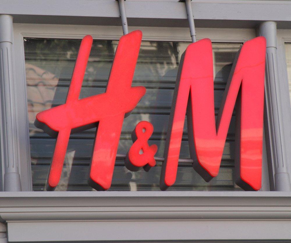 H&M verklagt Künstler und macht Werbung mit seinem Werk.