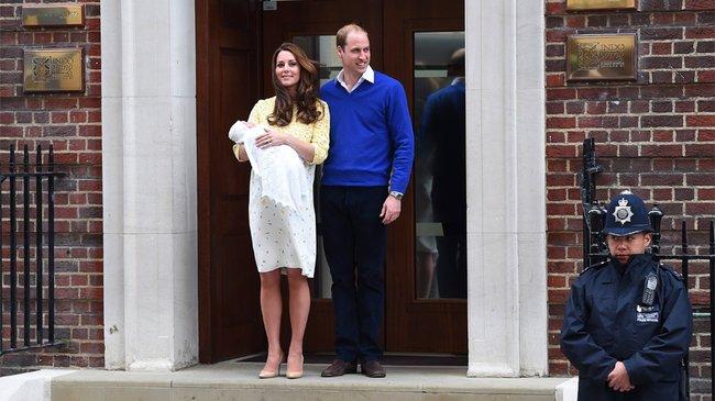 Prinz William und seine Frau Kate mit ihrer neugeborenen Tochter beim Verlassen des Krankenhauses St. Mary's in London.