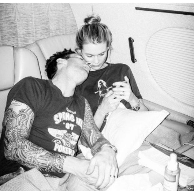 Adam Levine und Behati Prinsloo auf einem Flug