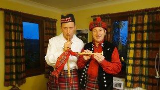 An ihrem letzten Abend in Schottland testen die Schäfer Rainer (l.) und Schäfer Heinrich gemeinsam, ob sie sich im Umgang mit Kilt und Dudelsack auch geschickt anstellen.