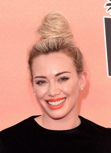 Hilary Duff mit Haarknoten