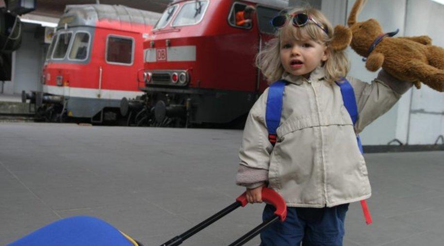 Was muss alles mit auf die Reise? Beim Kofferpacken sollten Kinder schon ab dem Kita-Alter dabei sein.