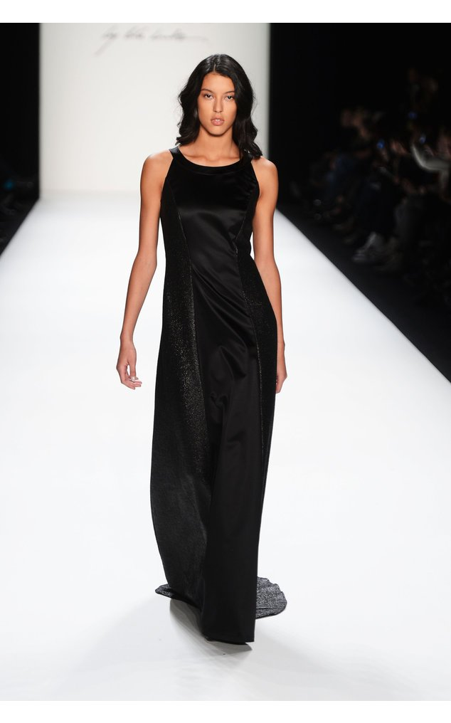 Rebecca Mir in einem schwarzen Kleid