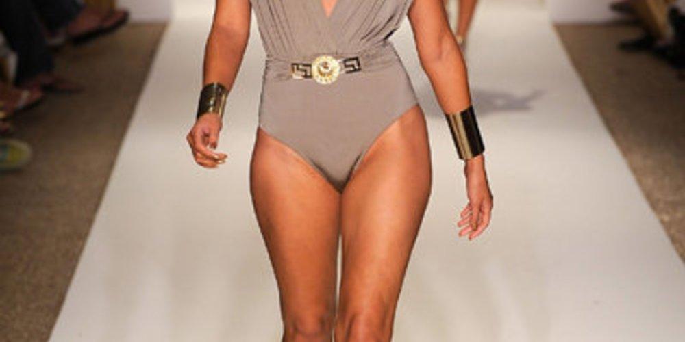Dominanter Bikini mit auffälligem V-Neck.