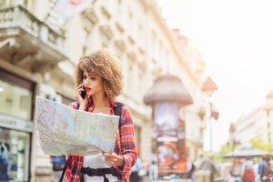 Frau mit Karte in der Stadt