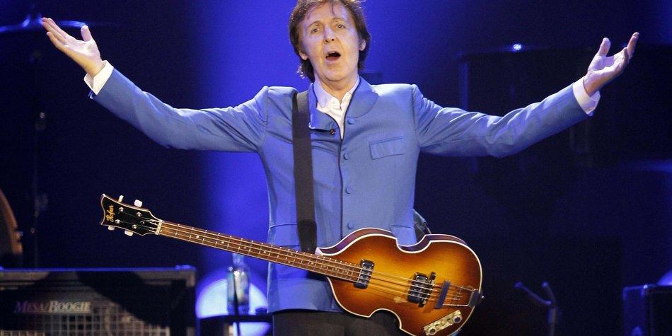 Paul McCartney fällt von der Bühne