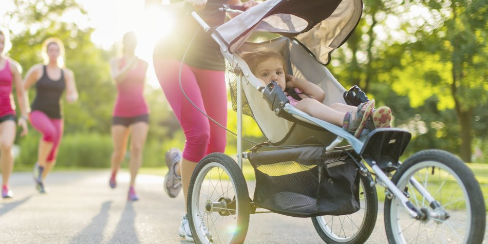 Mutter joggt mit Kinderwagen