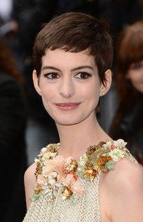 Anne Hathaway mit einem brünetten Pixie