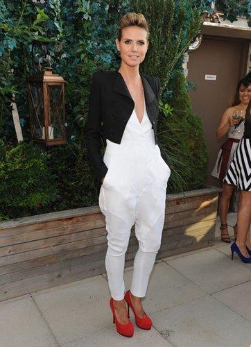 Heidi Klum trägt einen Short Blazer zum Jumpsuit