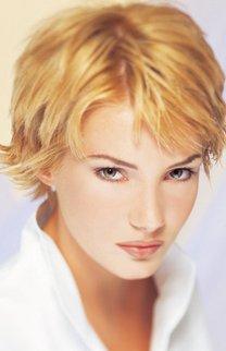 Kurzhaarfrisur bei blondem Haar