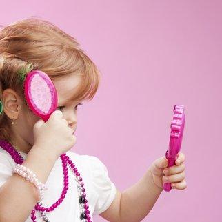 Viele Mädchen frisieren sich gerne selbst.