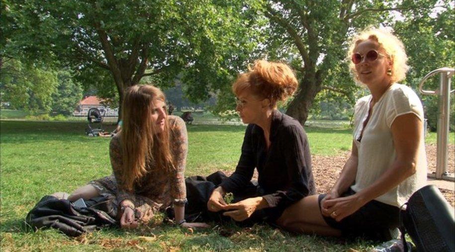 """Helene Hegemann (l-), Sibylle Berg und Katja Riemann in einer Szene des Films """"Wer hat Angst vor Sibylle Berg?""""."""