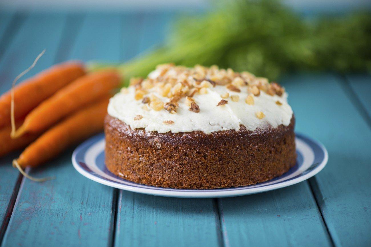 Hausgemachter Karottenkuchen mit Frischkäsefrostin