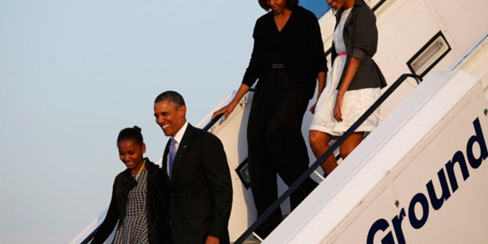 Familie Obama verlässt das Flugzeug