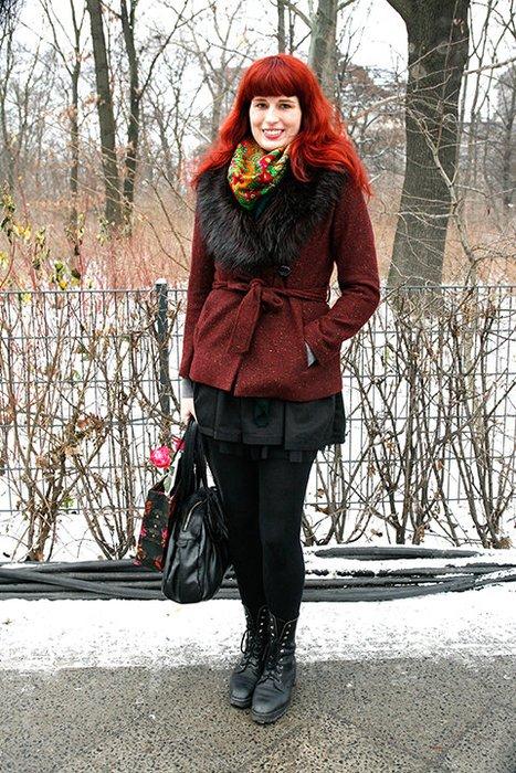 Eva setzt mit einem kunterbuntem Lena Hoschek-Schal und einer weinroten Jacke fa