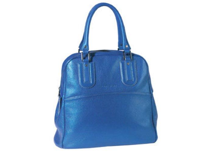 Longchamp präsentiert seine klassische Handtasche im Jahr 2009 in einem metallic - blau.
