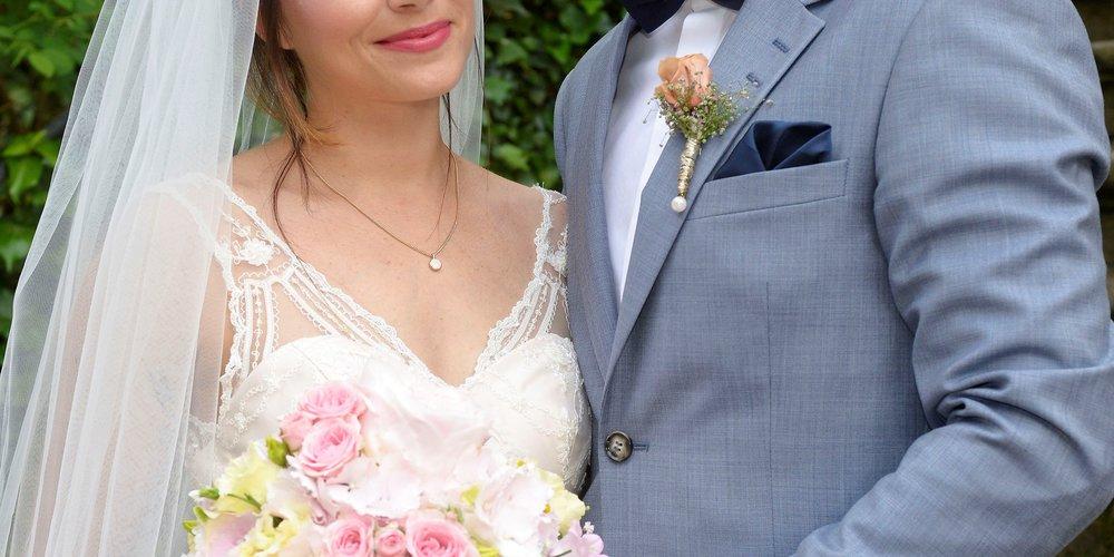 Das glückliche Brautpaar Emily (Anne Menden) und Paul (Niklas Osterloh).