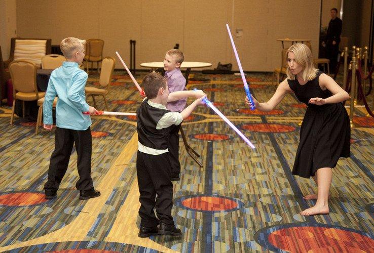 Dianna Agron spielt mit kleinen Kindern.