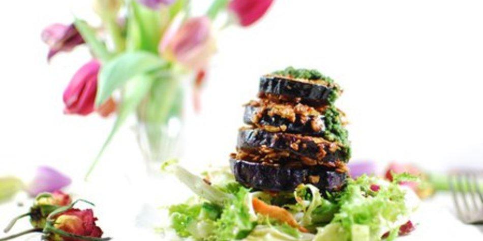 Auberginen-Türmchen mit Bärlauchpesto auf Salat
