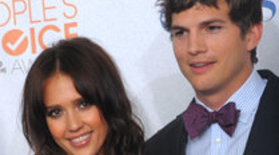 Jessica Alba klebt an Asthon Kutchers Lippen