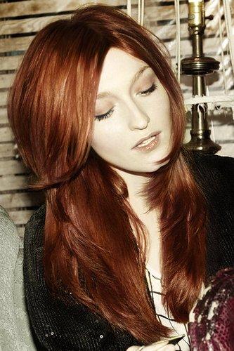 Moderne Femme fatale: Lange rote Haare