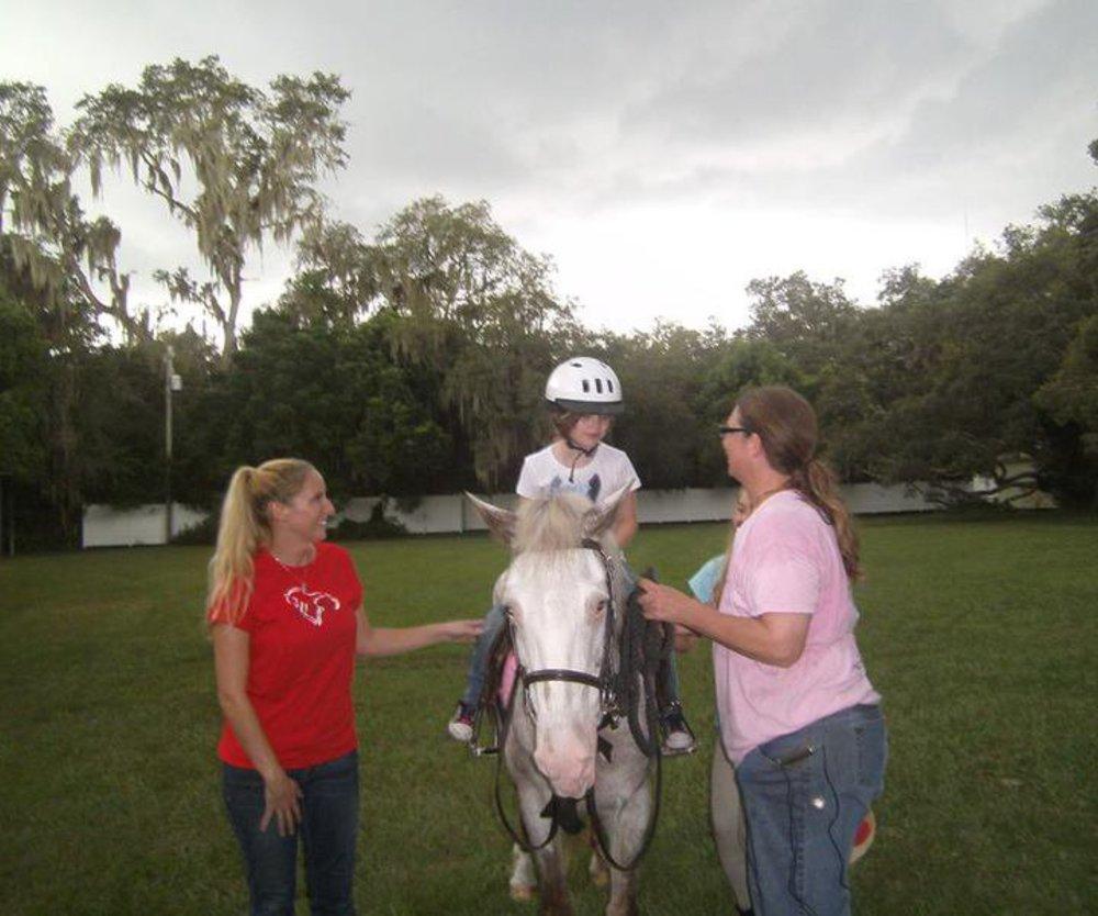 Mädchen mit Cerebralparese bekommt Pferd