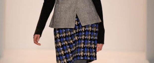 Bei der Lela Rose Show auf der Mercedes Benz New York Fashion Week2009, trägt das Model eine bürotaugliche Kombination aus blauem Rock und reichlich Grau