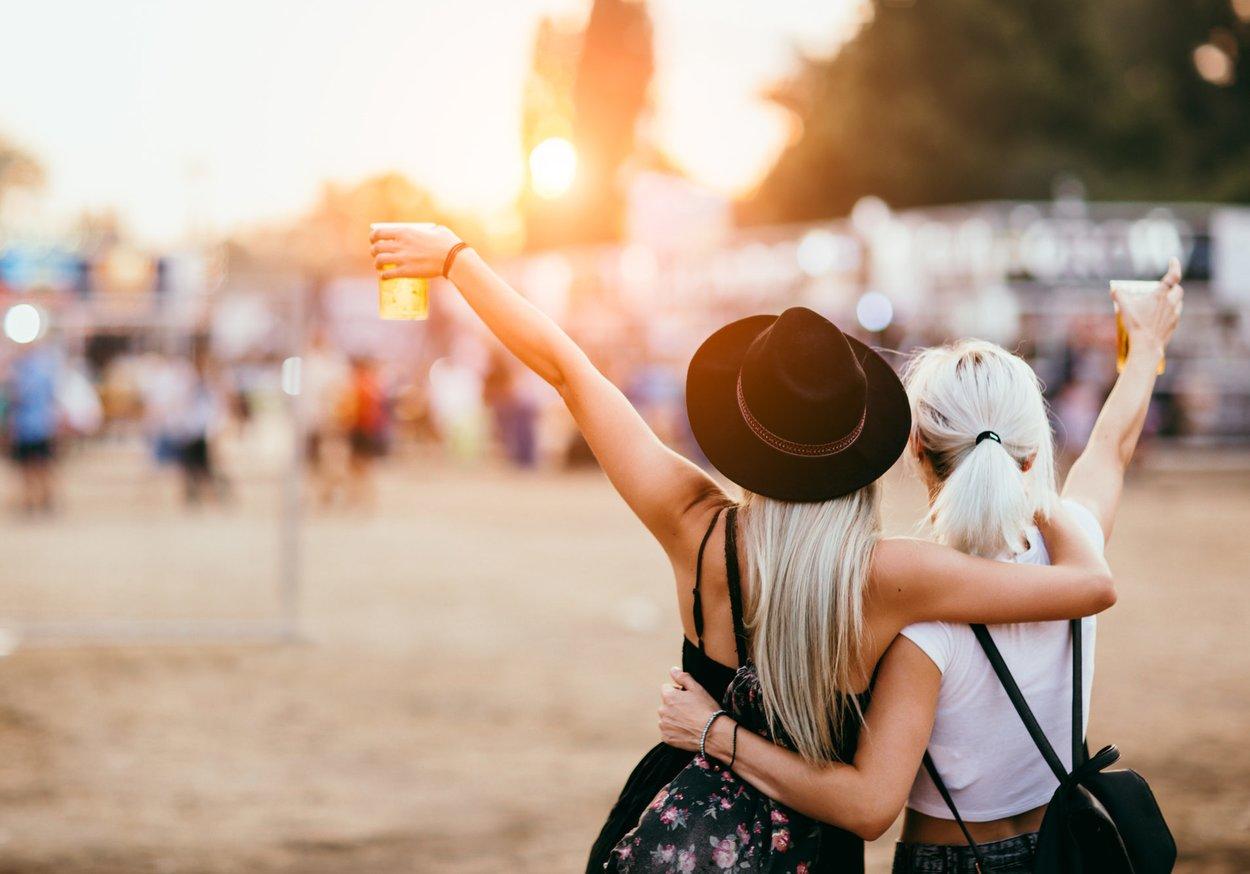 Freunde beim Festival