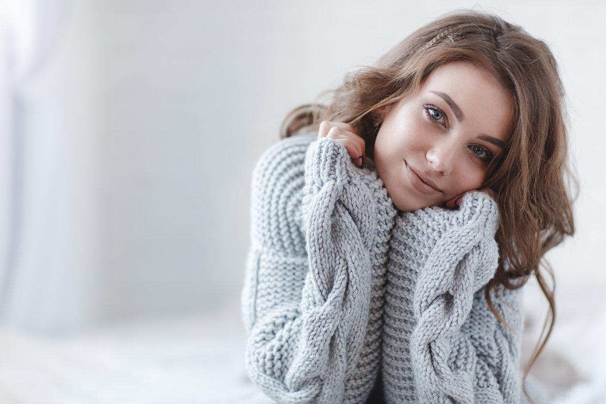 Frau in einem grauen Pullover