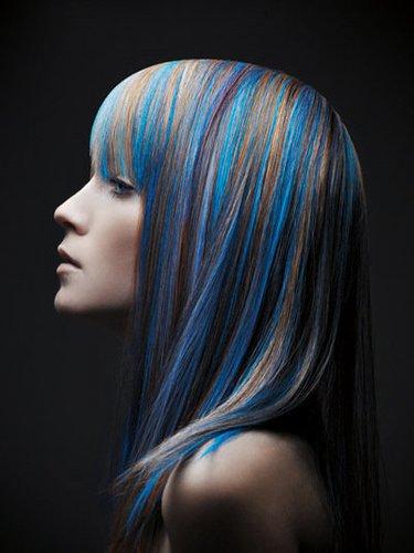 Sleek Look mit leuchtend blauen Strähnen