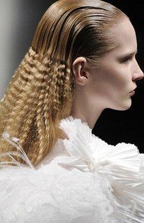 Lange gekreppte Haare mit glattem Ansatz