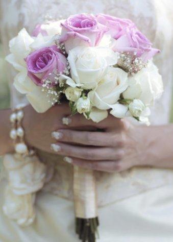 Braut mit Rosenstrauß