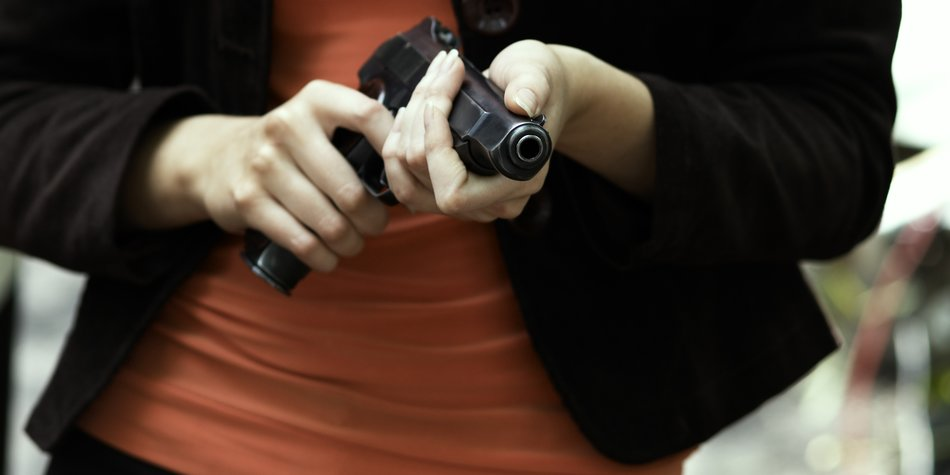 Frau trägt Waffe